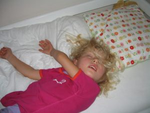 Mille fredag aften efter en hård dag i børnehaven