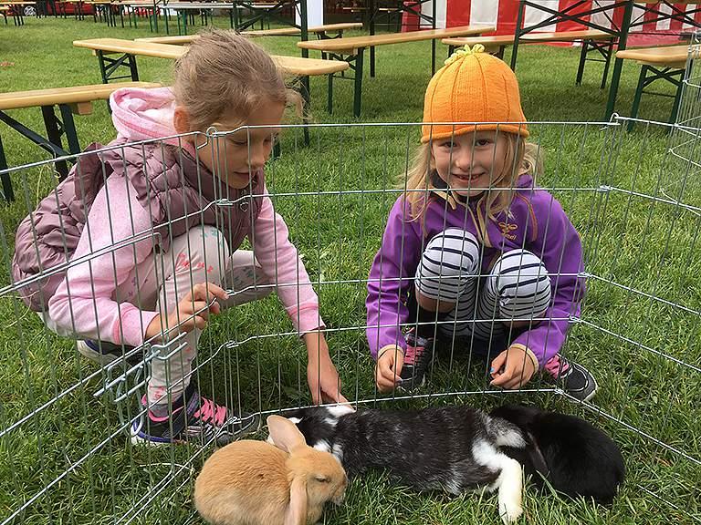 Mona og Malou med kaniner